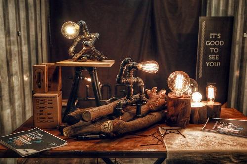 Đèn từ ống sắt và gỗ