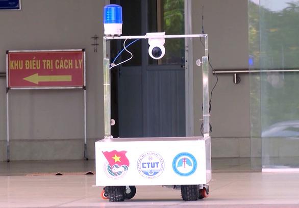 Robot phục vụ tại khu cách ly điều trị Covid-19